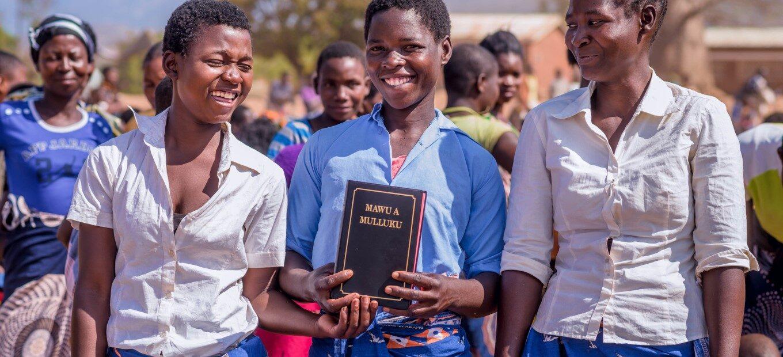 Frauen mit neuer Bibelübersetzung