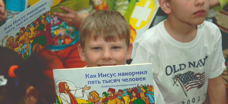 Kinder mit Bibel in Zentralasien